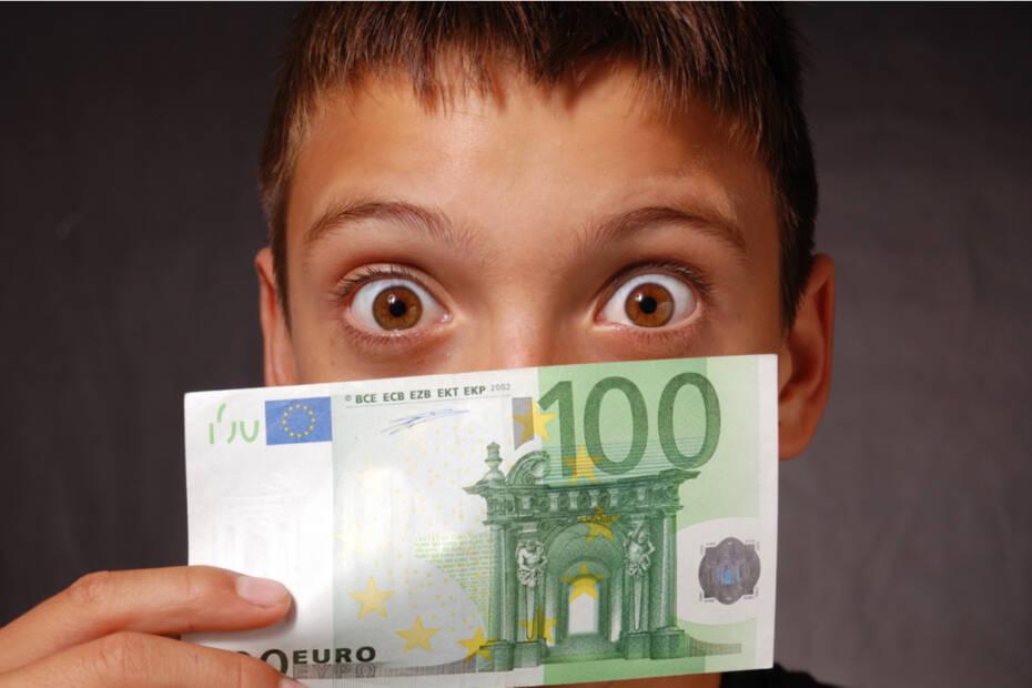 Junge mit 100 Euro Schein