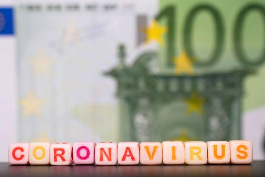 Coronavirus in Lettern vor eine 100 Euro Banknote