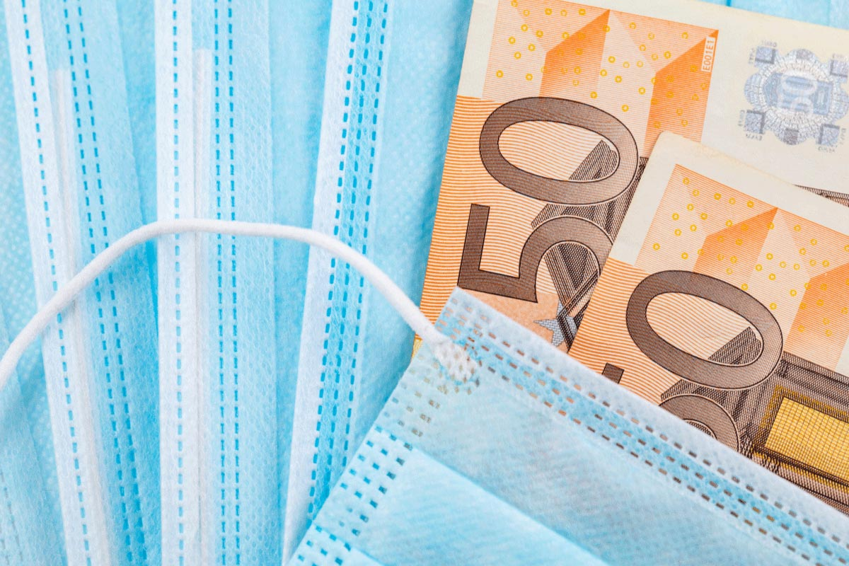 Corona Masken und 50 Euro Scheine