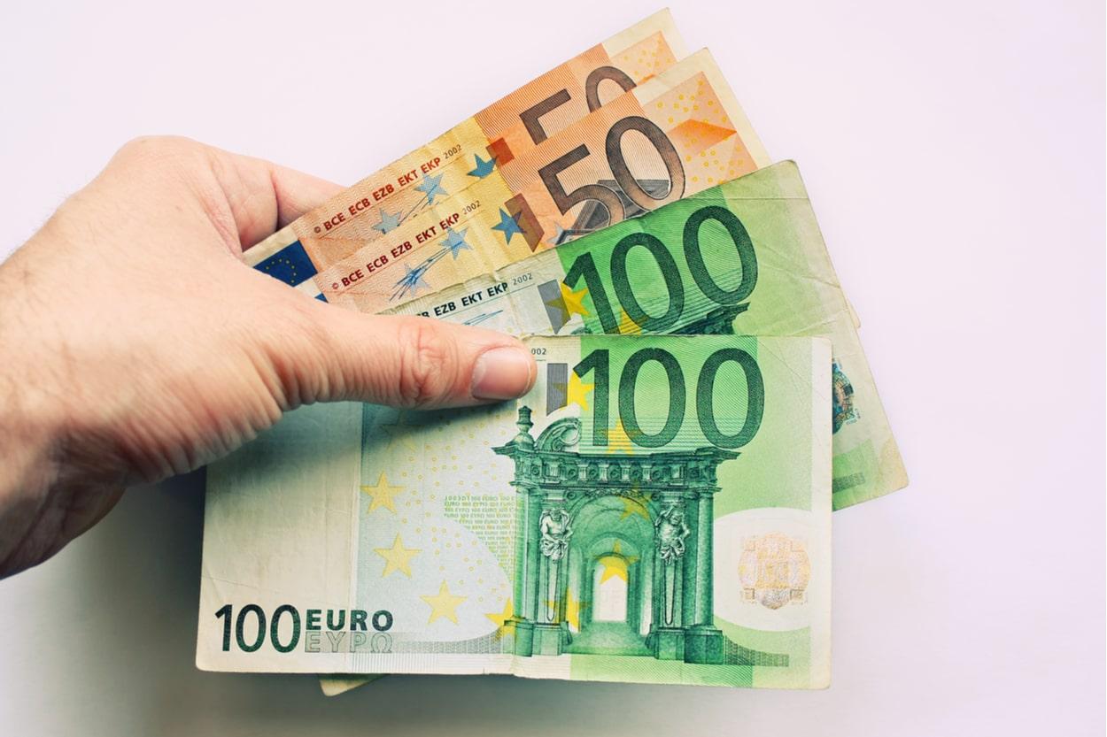 Vater mit 300 Euro in der Hand