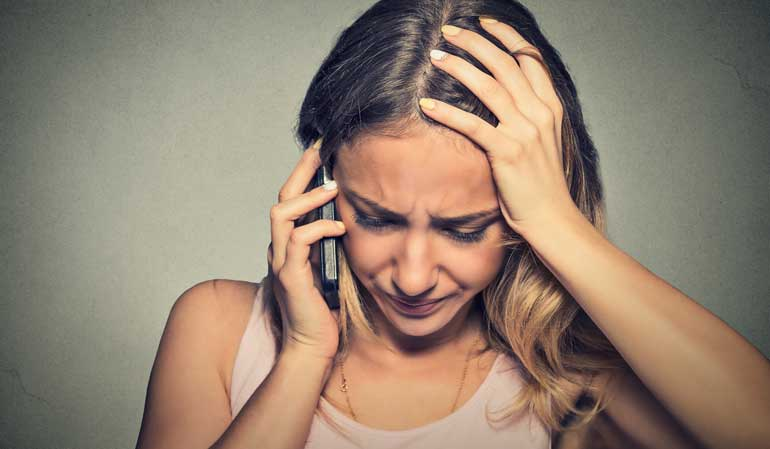 Verzweifelte Frau beim Telefonieren - Meldepflicht