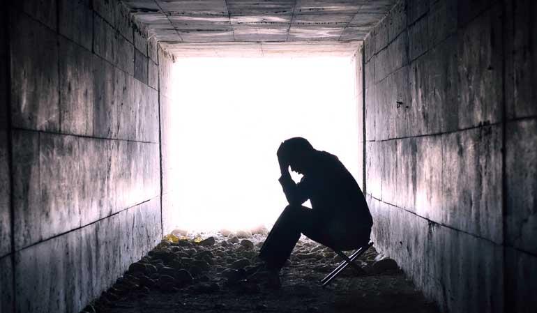 Deprimierter Mann sitzt in Tunnel -Hartz IV Endstation
