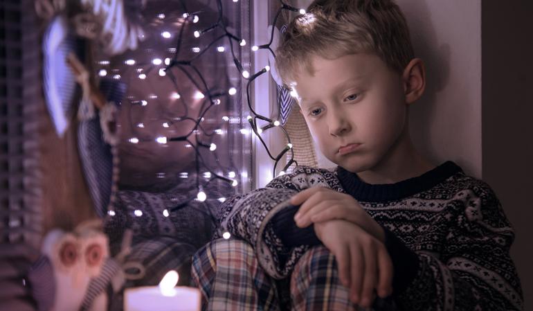 Trauriger-Junge-Weihnachten