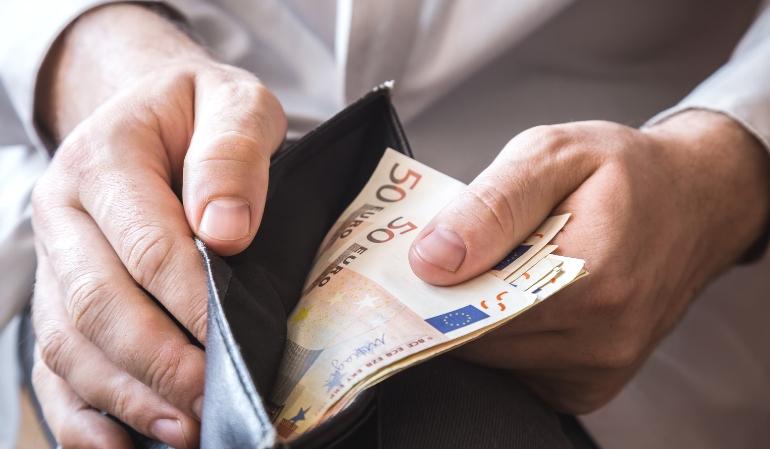 Mann-Geldbeutel-viel-Geld-Schonvermoegen-HartzIV