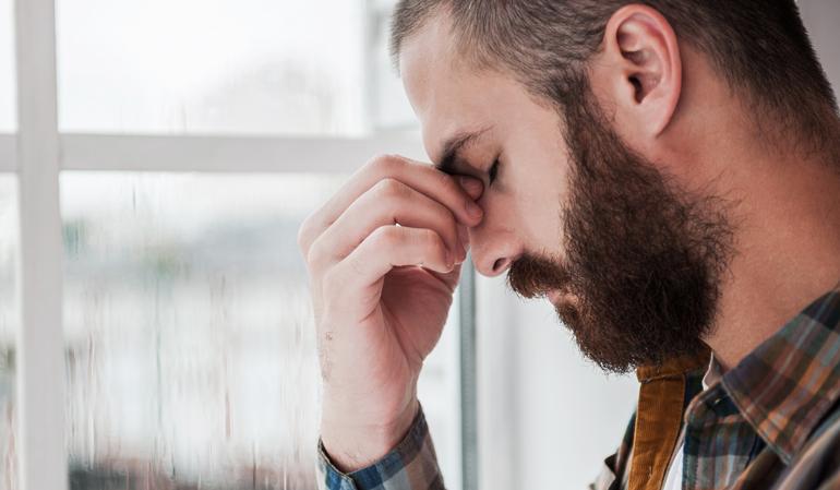 Mann deprimiert - Hartz IV Zuverdienstregeln sind grotesk