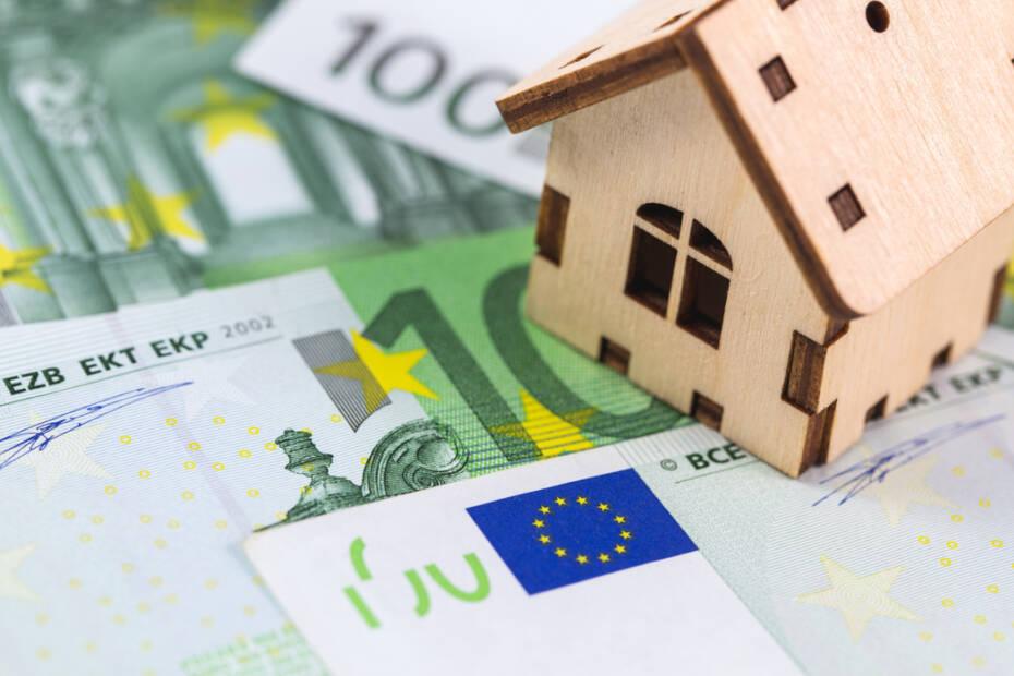 Kleines Holzhaus auf mehreren Hundert Euro Scheinen