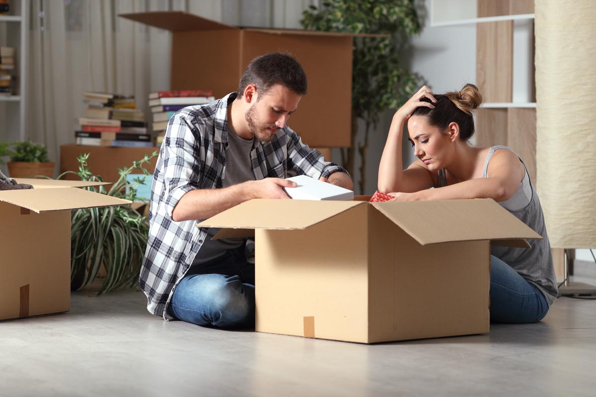 Mann und Frau vor gepacktem Umzugskarton