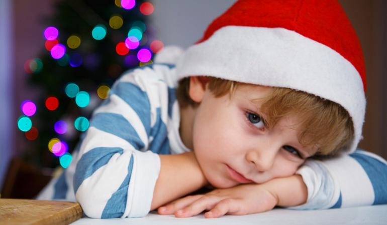 Trauriger Junge mit Weihnachtsmütze