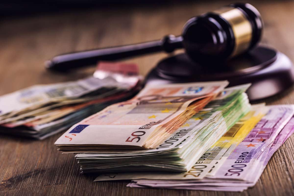 Gerichthammer liegt auf Geld, Entscheidung Rückforderung Geldleistungen