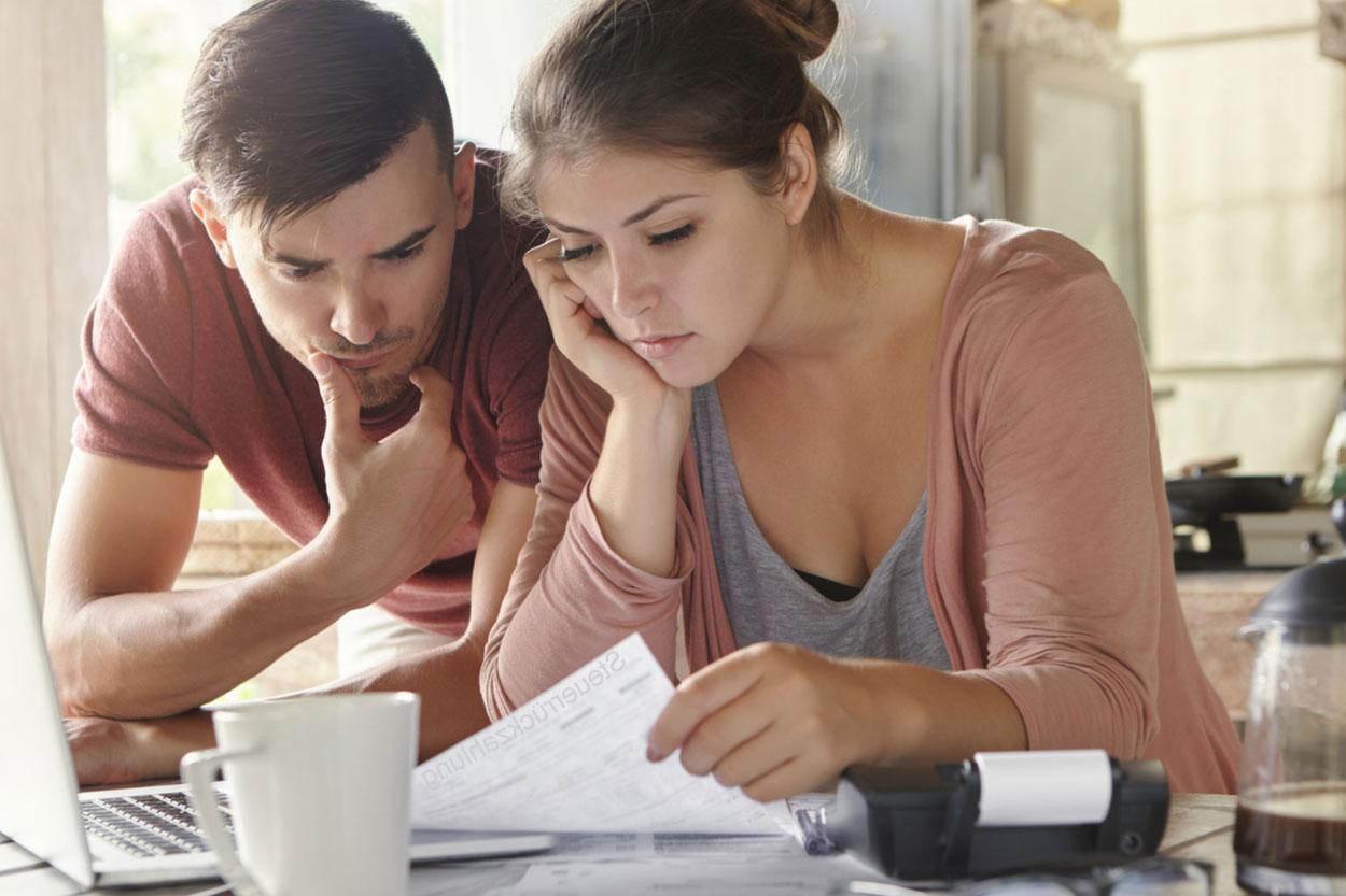 Frau und Mann Steuerrückzahlung