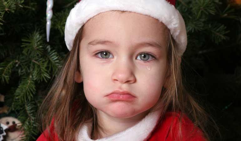 Trauriges Kind an Weihnachten - Weihnachtsgeld für Hartz IV Empfänger?