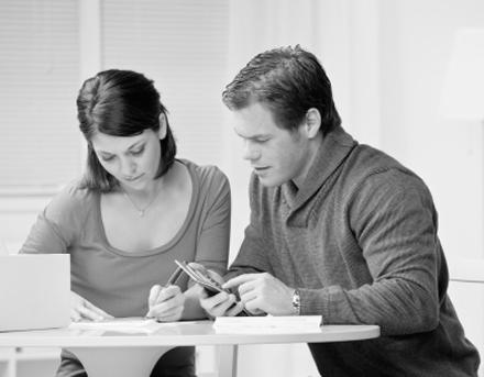Mann und Frau am Tisch