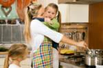 alleinerziehende Mutter mit Kind auf Arm