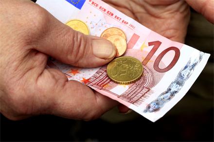 wenig Geld in Hand