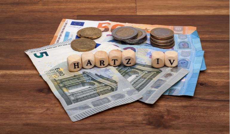 Hartz IV Bausteine stehen auf Geldscheinen