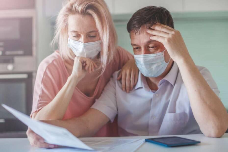 Besorgtes Paar mit Covid-Maske