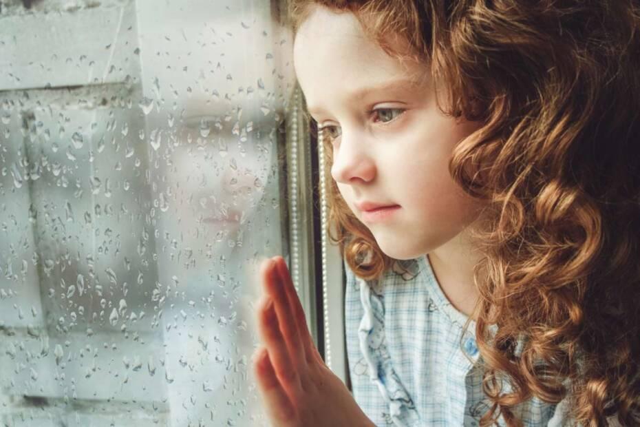 Mädchen sieht aus Fenster