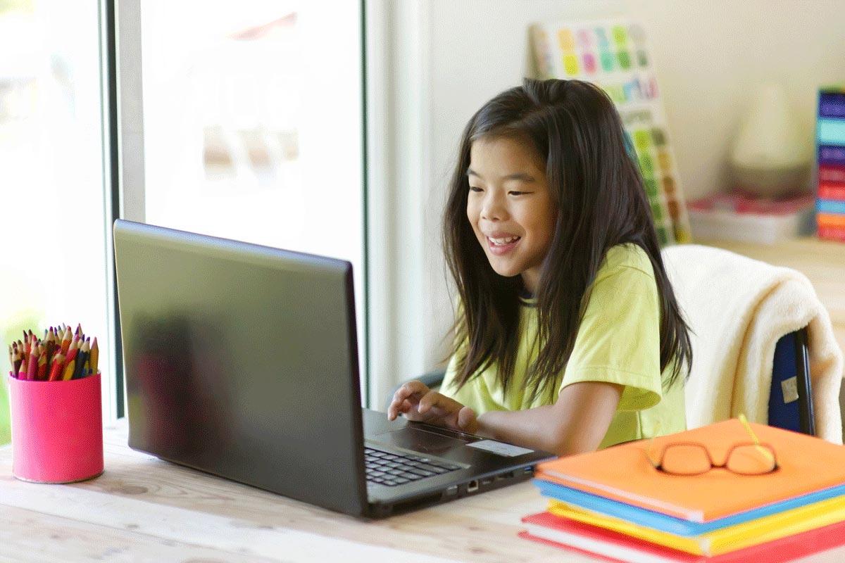 Mädchen lernt am Computer Corona Homeschooling