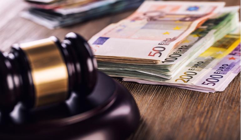 Richterhammer und viel Geld