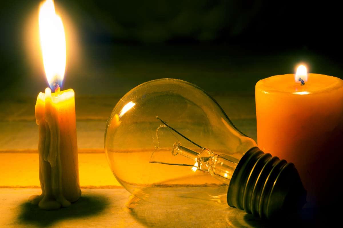 Kerzen und Glühbirne