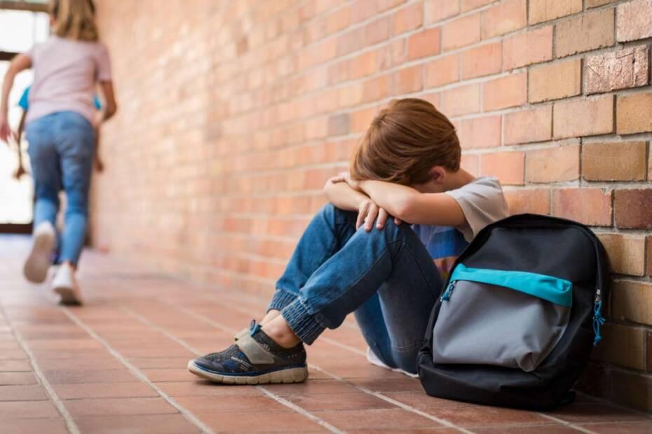 Trauriger Junge in Schule