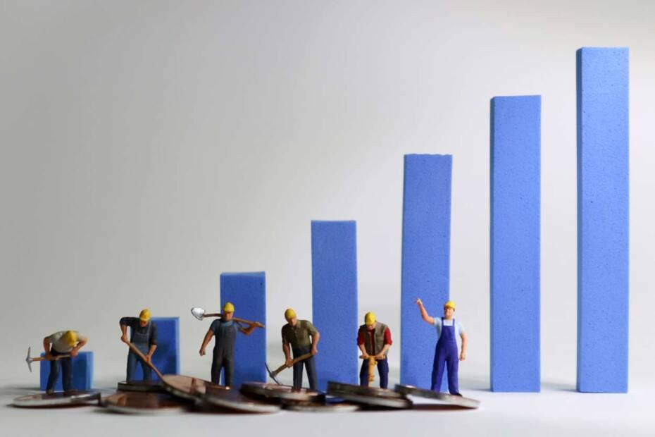 Kleine Figuren von Arbeitern vor steigendem Balkendiagramm