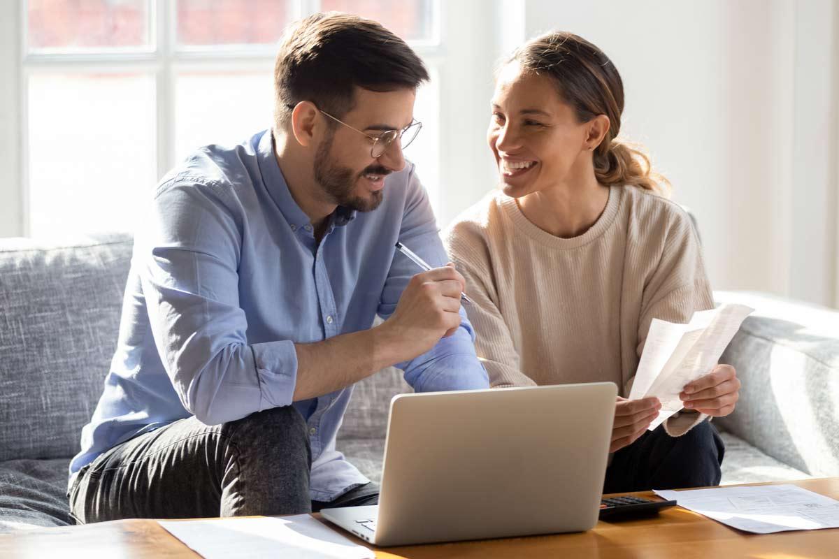 Glückliches Paar freut sich über Steuerrückzahlung