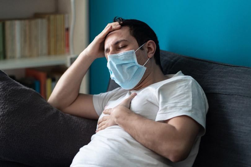 Kranker Mann mit Corona-Maske