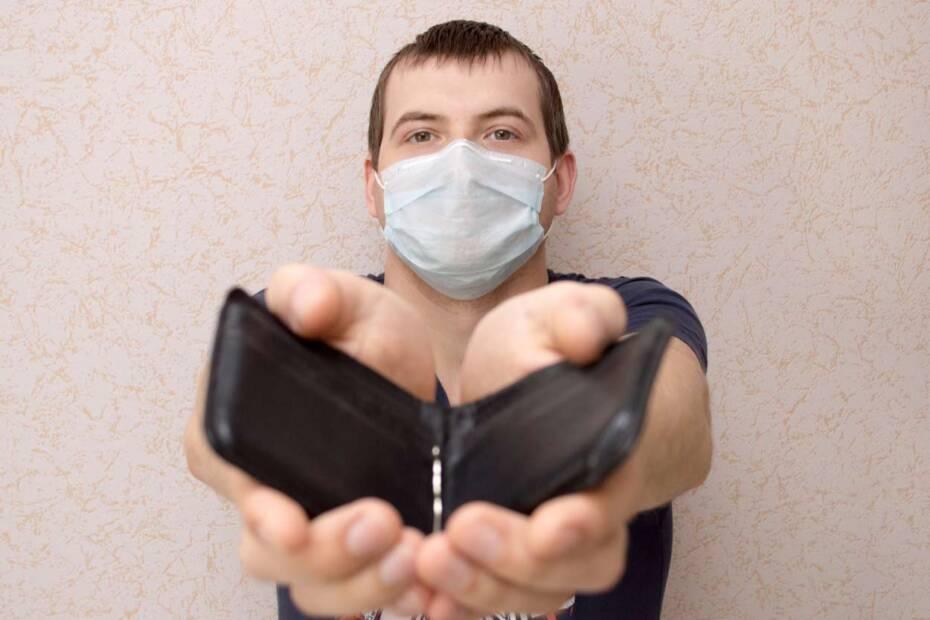 Mann mit Gesichtsmaske zeigt leere Brieftasche