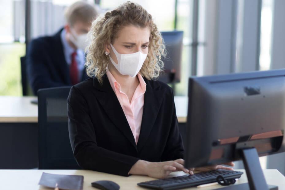 Jobcenter Mitarbeiter arbeitet mit Atemschutzmaske