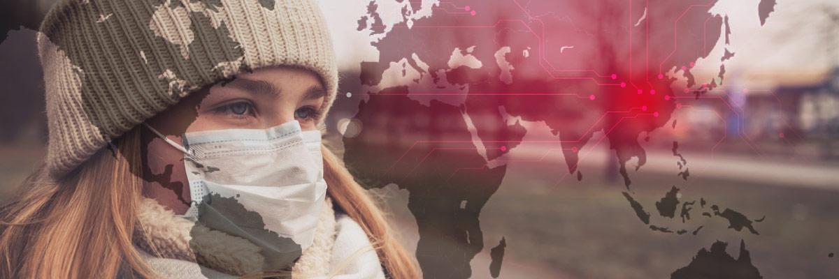 junge Frau mit Mundschutz mit Weltkarte im Hintergrund