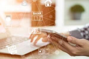 Mann beim Online-banking
