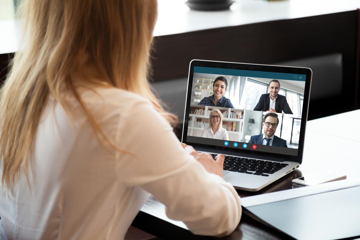 Frau vor Laptop im digitalen Teamgespräch