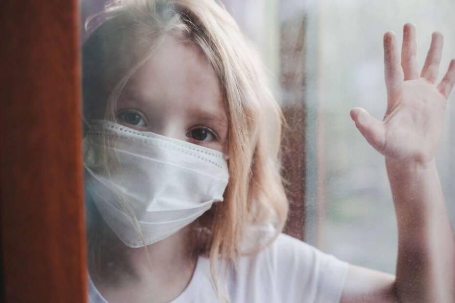 Trauriges Kind mit Gesichtsmaske