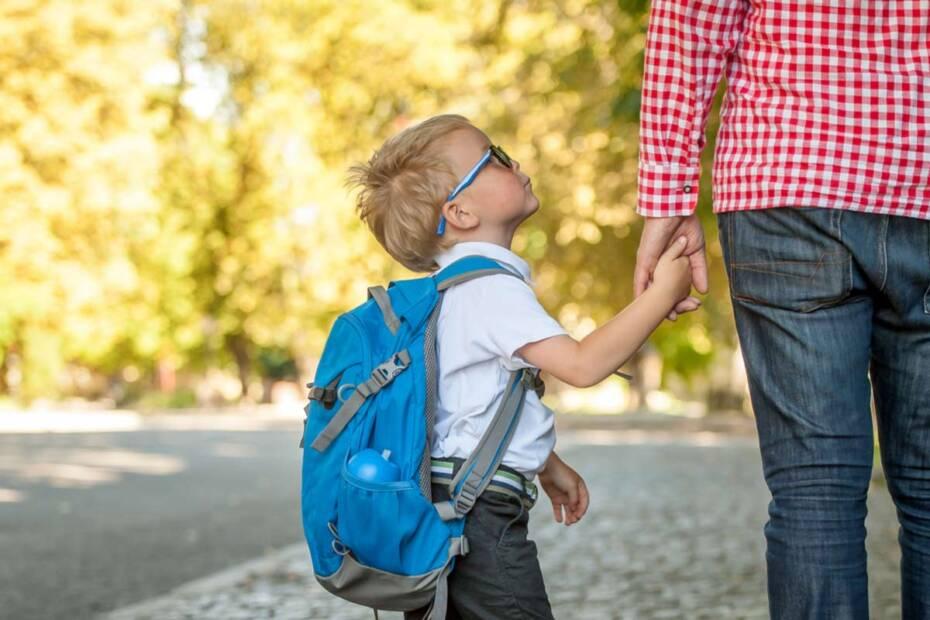 Schulkind mit Vater