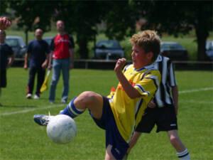 Kind spielt Fußball im Verein