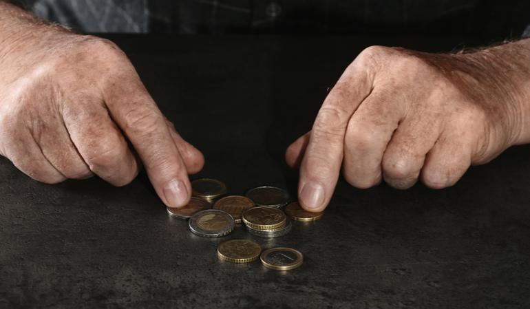 Alter Mann zählt Münzen