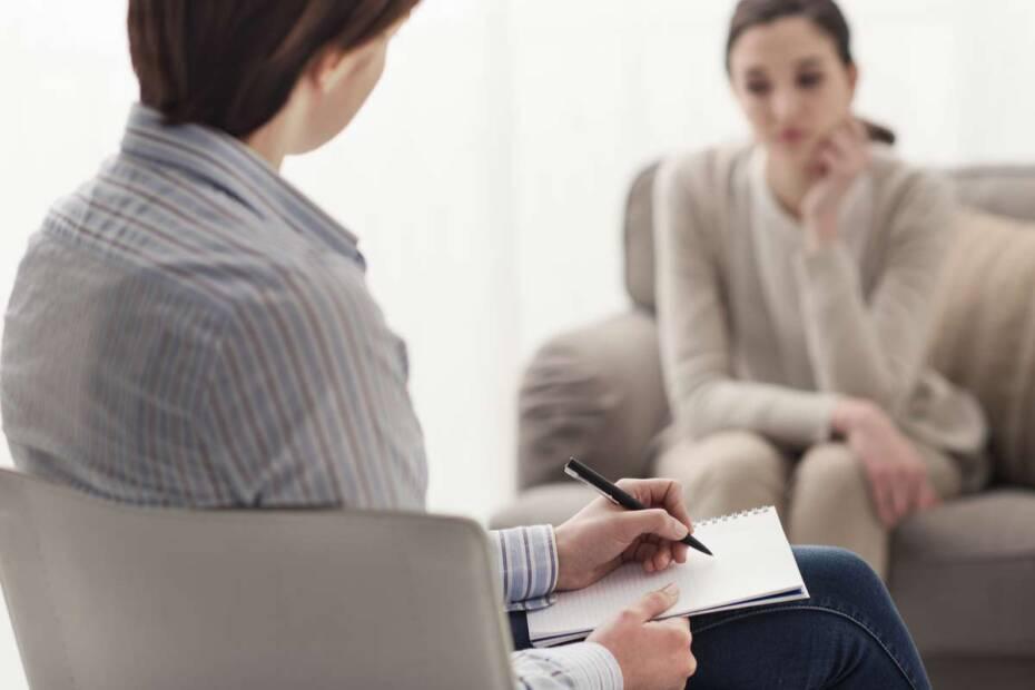 Frau bei Therapeutin