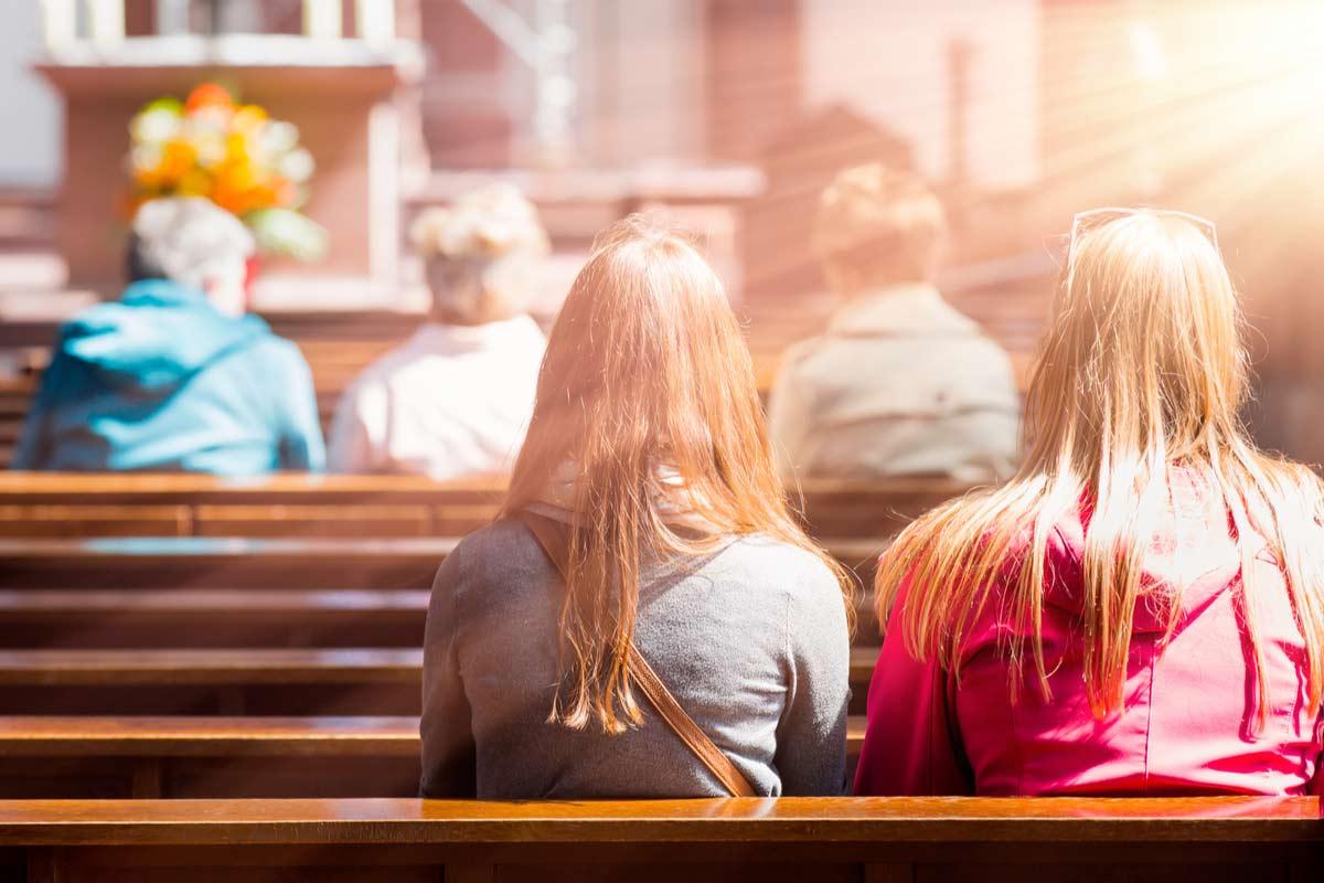 Leute in der Kirche