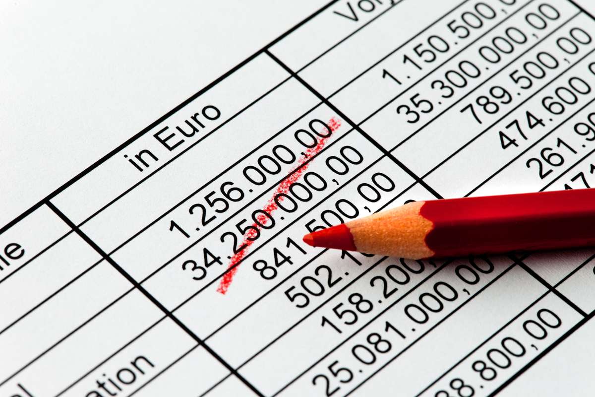 roter Stift auf Zahlen Kalkulation