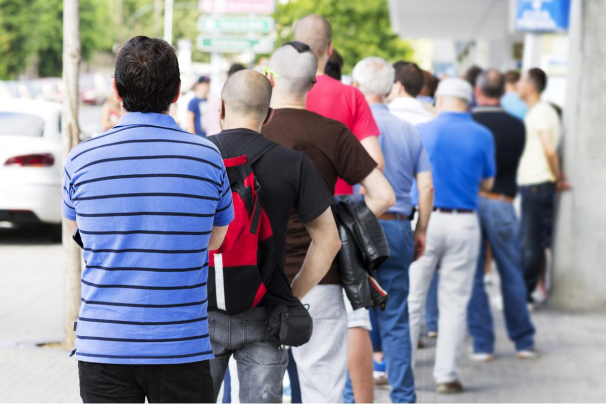 Menschen stehen Schlage zum Jobcenter