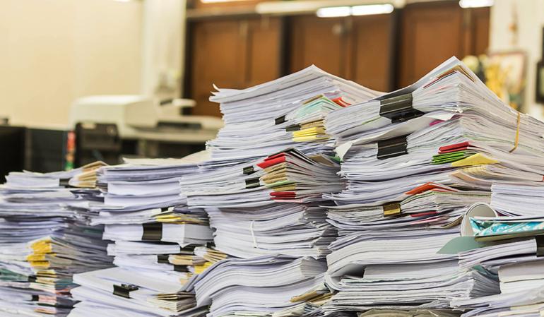 Hohe Papierstapel