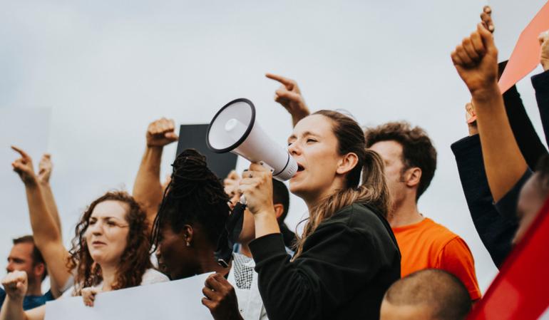 Aktivisten nehmen an einer Demo teil
