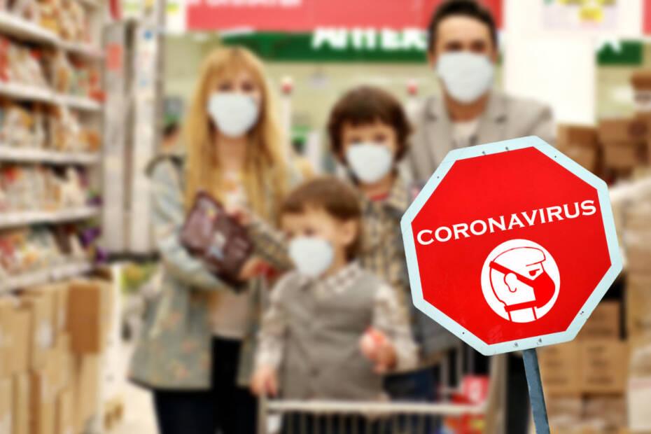 Familie geht einkaufen, während der Corona-Pandemie