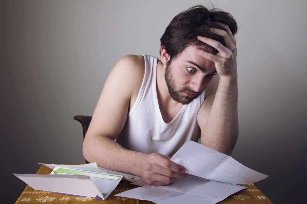 Mann verzweifelt über Stromkosten