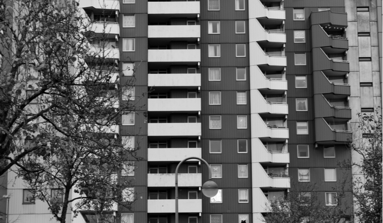 Sozialbau in Schwarz-Weiß
