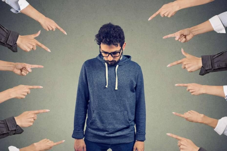 Finger zeigen auf beschämten Mann