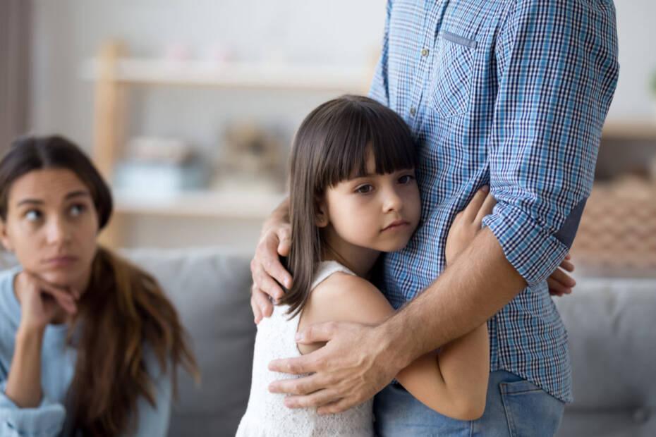 Kleines Kind umarmt Vater