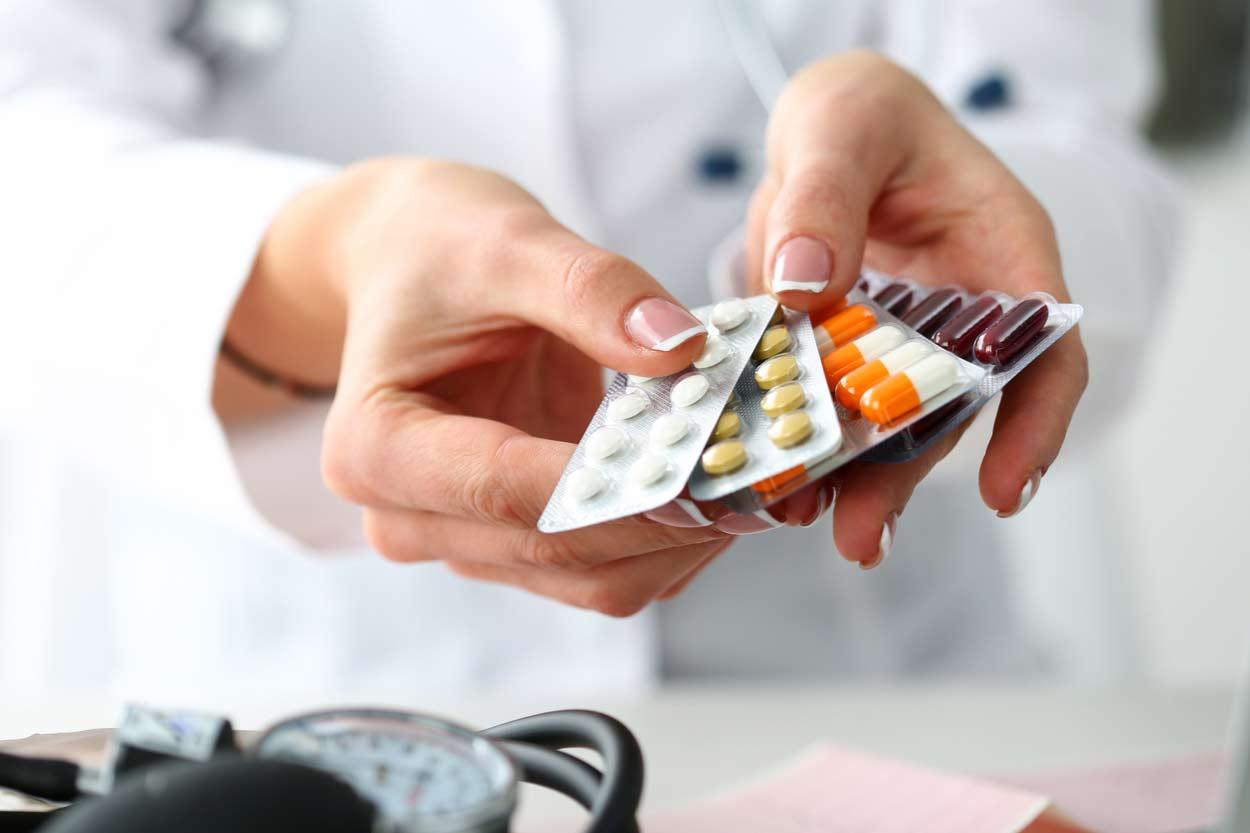 Arzt hält Medikamente