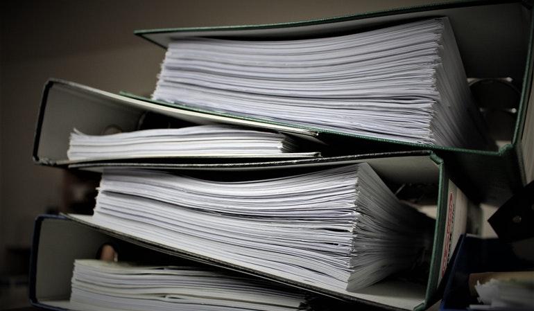 Ein Stapel Dokumente in verschiedenen Ordnern